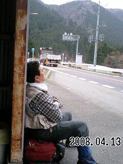 080413-5 バス待ち